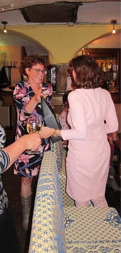 Marlous overhandigt Erna een afscheidscadeau